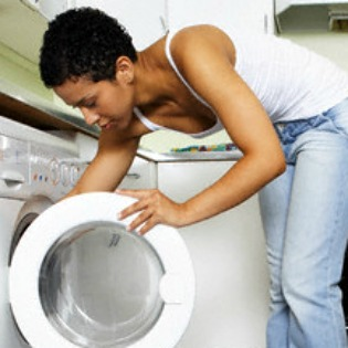 article-mom-doing-laundry